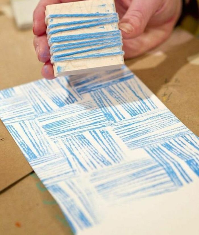 stempel selbst gestalten, holz, garn, blaue farbe, papier stempeln