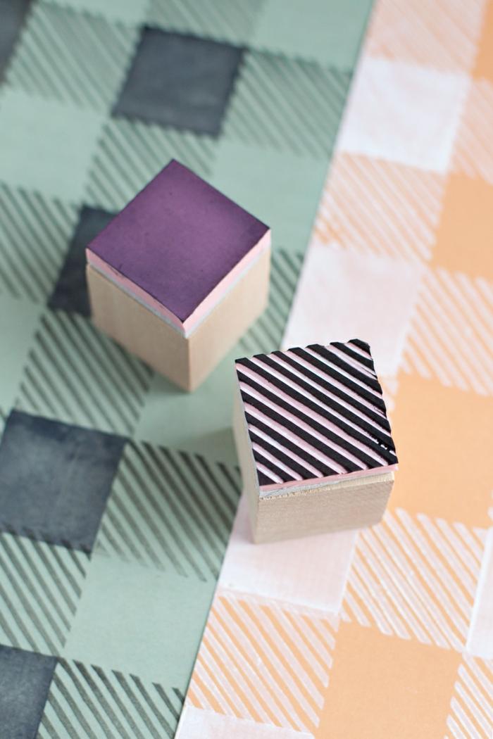 holzwürfel, radiergummi, papier stempeln, lila stempelfarbe