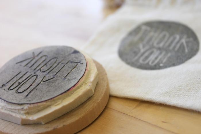 diy stempel aus radiergummi, buchstaben, holzscheibe, weißer stoff