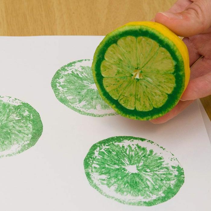 weißer papier stempeln, stempel aus zitrone, grüne farbe