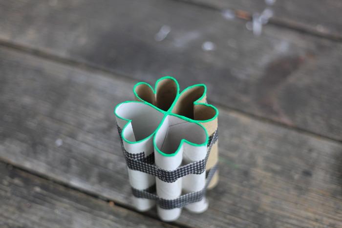 diy stempel aus toilettenrollen und klebeband, grüne farbe