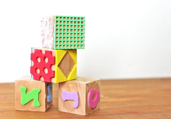 basteln mit kindern, holzwürfel mit geometrischen figuren und buchstaben