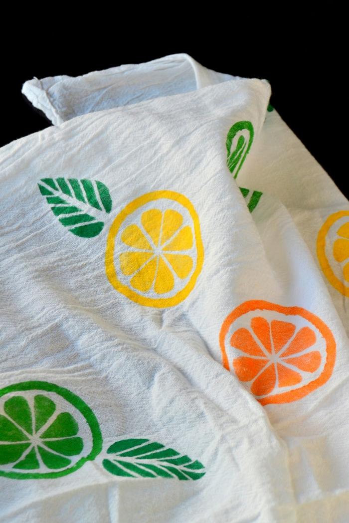 weißer stoff stempeln, bunte farben, orange, zitrone