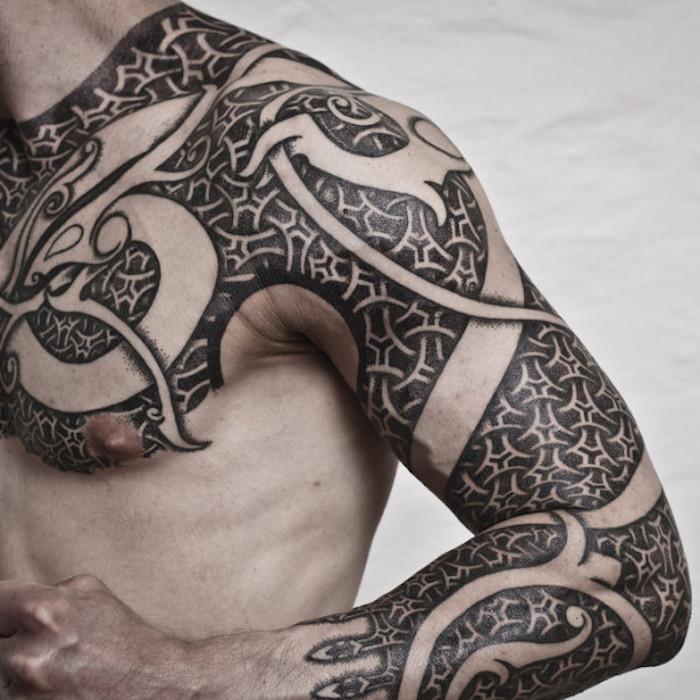 mann, arm, brust tätowieren, tätowierung mit vielen elementen