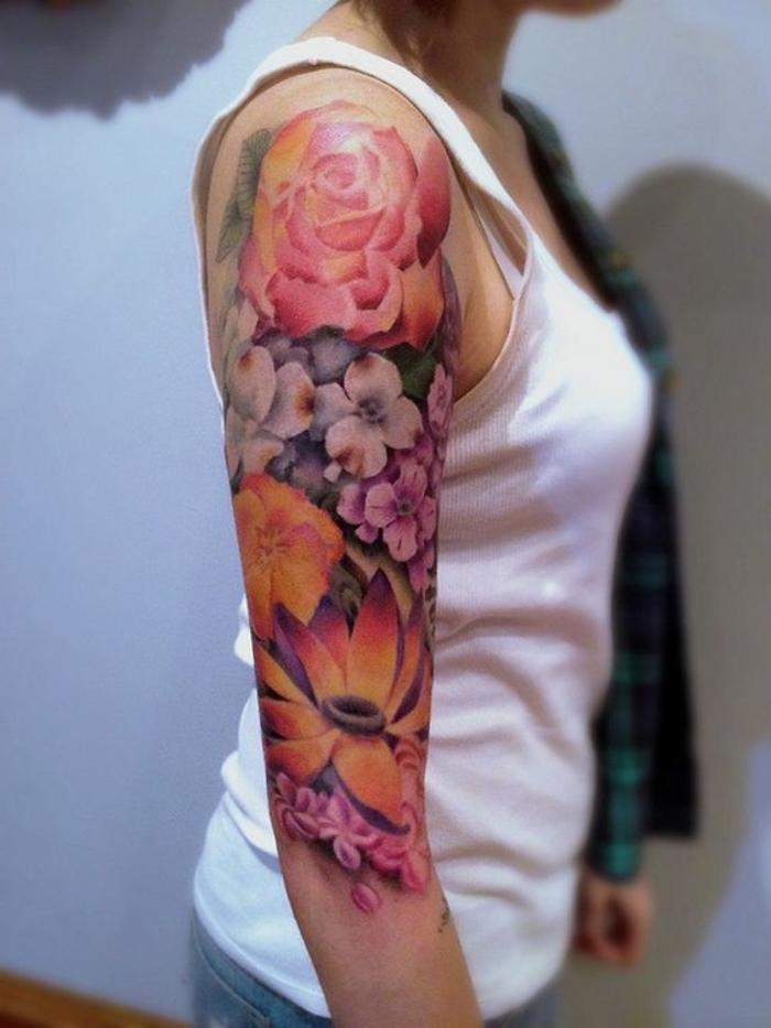 hier finden sie eine idee für einen tattoo mit verschiedenen blumen und einer pinken rose - einer junge frau mit einem unterhemd