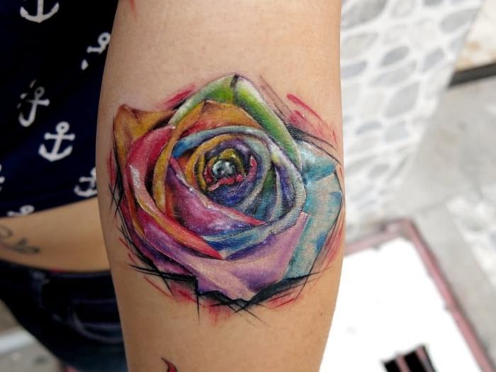 bunte Rose in grellen Farben glänzende Teile Watercolor Tattoo ganz schick