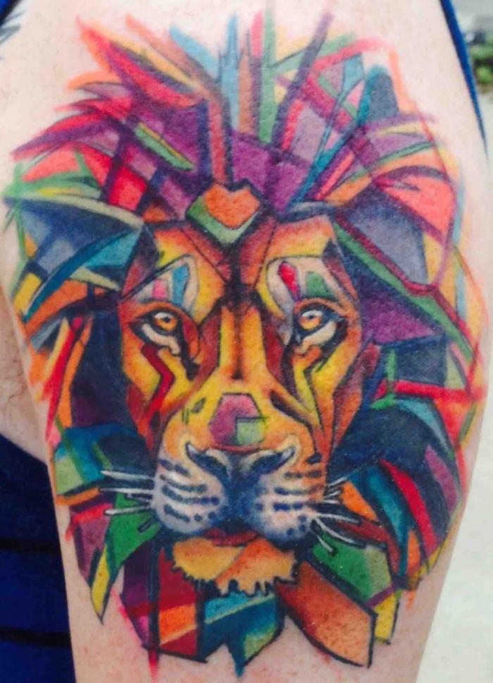 ein Löwe mit Mähne aus geometrischen Formen in viele unterschiedliche Farben Watercolor Tattoo