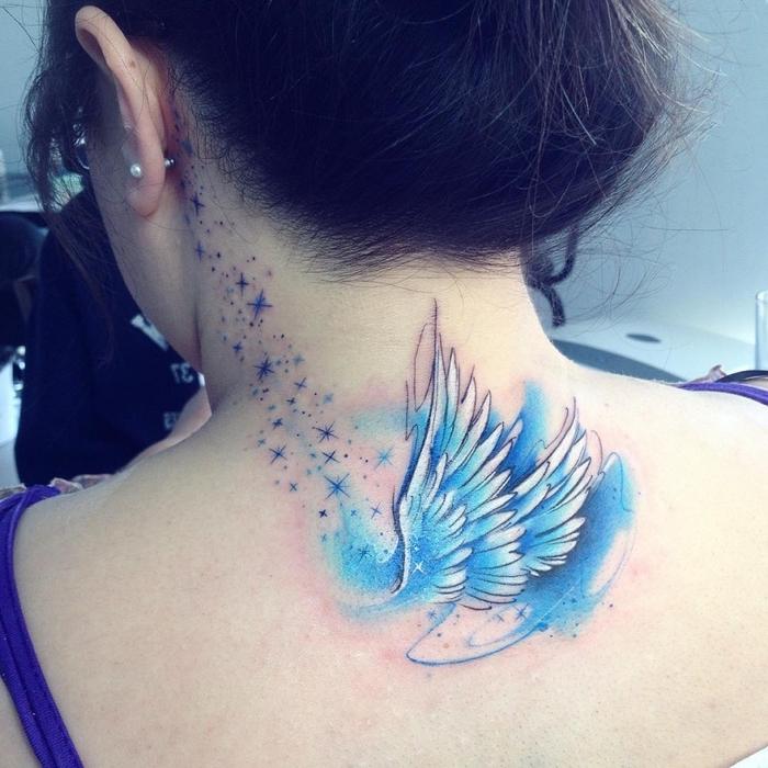 zwei Flügel in blauer und weißer Farbe kleine Sterne Wasserfarben Tattoo