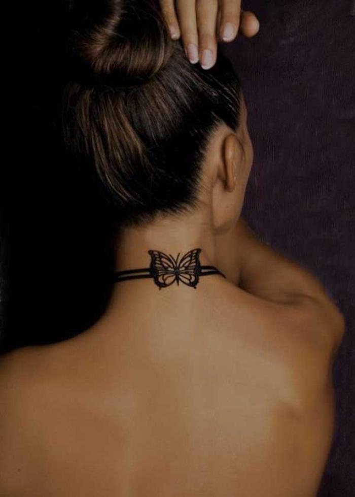 Tattoo am Nacken, Kette mit Schmetterling, zartes weibliches Tattoo-Motiv