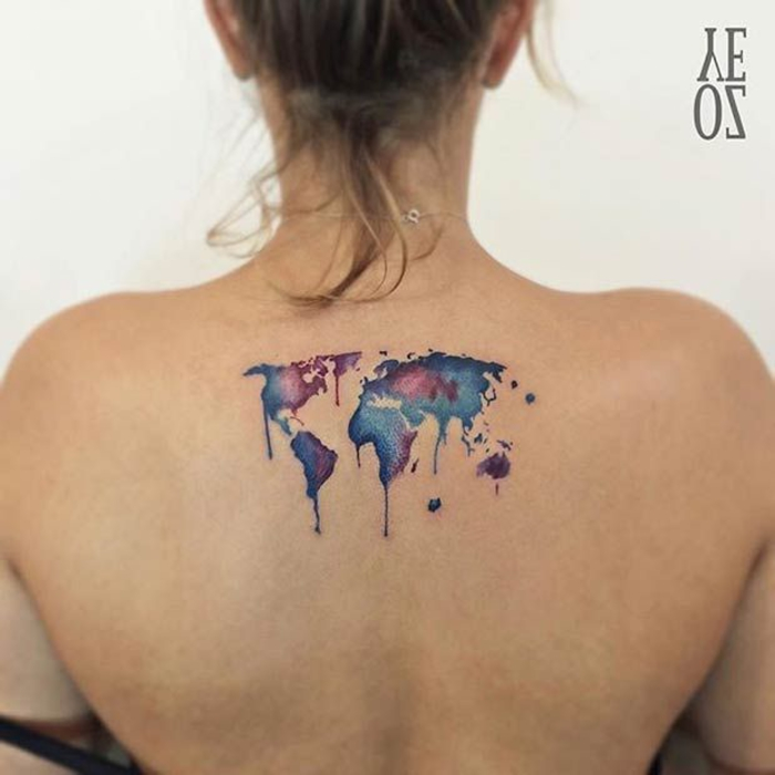 Ideen für weibliche Tattoos, Kontinente, blau und lila, Tattoo-Motive für Abenteurer