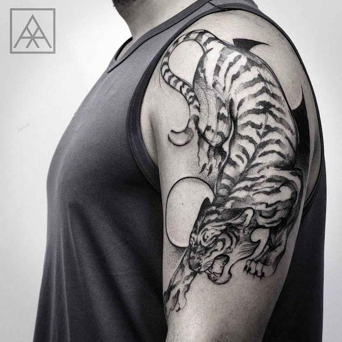 tigerkopf tattoo, mann, oberarm, aberarmtattoo in schwarz und weiß