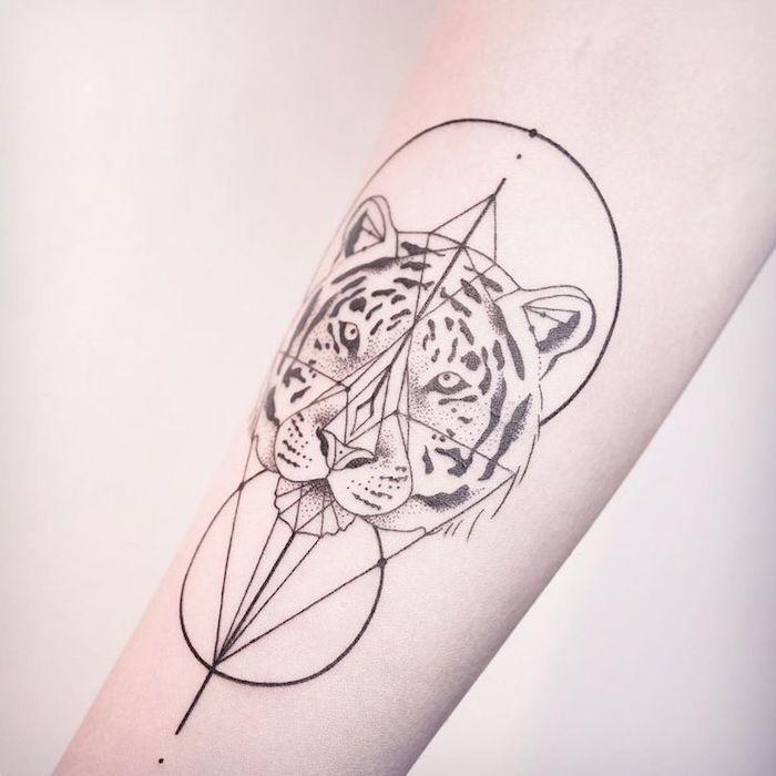 armtattoo in schwarz und weiß, tiger, tigerkopf, geometrische figuren