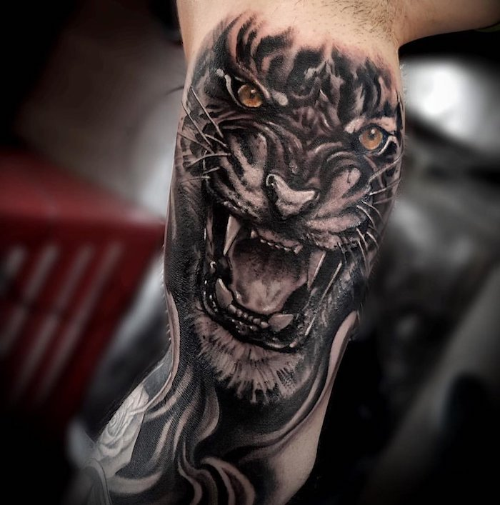 tigerkopf tattoo, armtattoo, arm tätowieren, orange augen