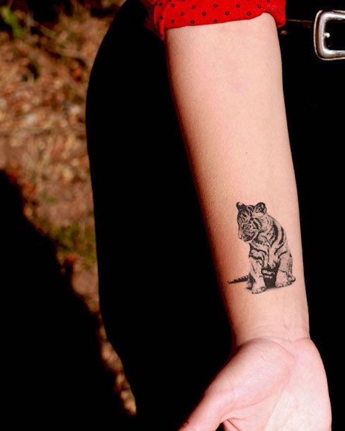 tiger tattoos, frau mit schwarzer hose, arm, armtattoo