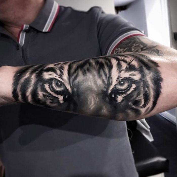 tigerkopf tattoo, graues t-shirt, mann, arm, armtattoo