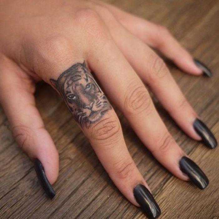 tigerkopf tattoo, lange schwarze nägel, nagellack, handtattoo, fingertattoo