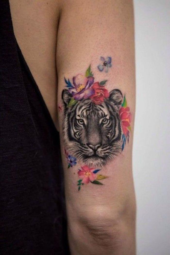 tiger tattoos, oberarm tätowieren, bunte blumen, tigerkopf
