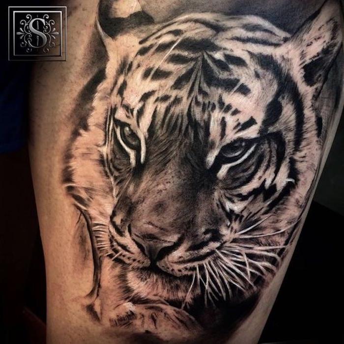 oberschenkel tätowieren, tattoo in schwarz und weiß, tigerkopf