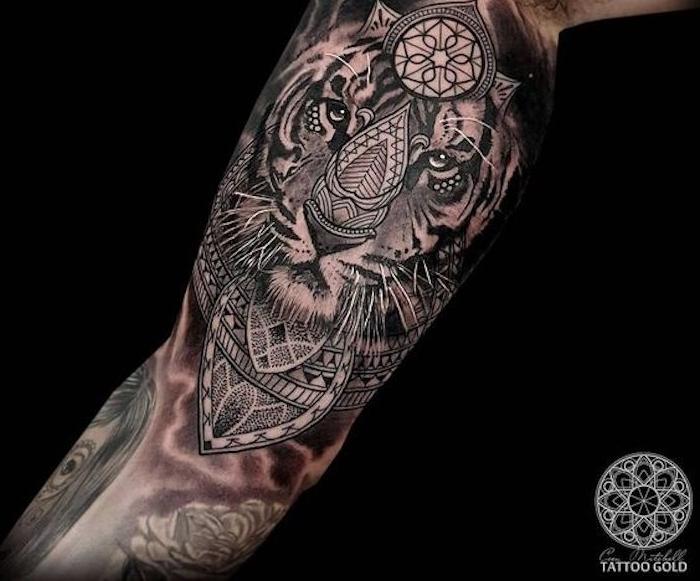 oberarm tätowieren, ärmel-tattoo, tiger, geometrische friguren