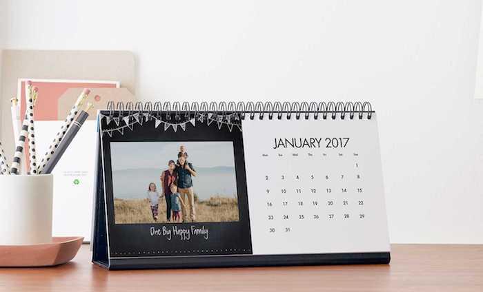 foto-tischkalender mit familienfoto, bleistifte, arbeitszimmer, schreibtisch
