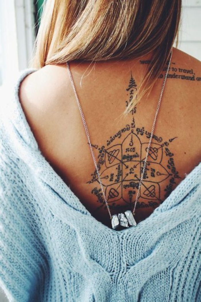 Rücken Tattoos für Frauen, originelle und beeindruckende Motive, tiefer Rückenausschnitt