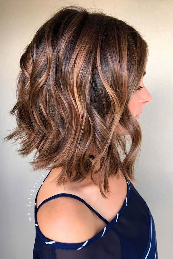 frisuren kurz, bob-frisur, lockige braune haare, damenfrisur