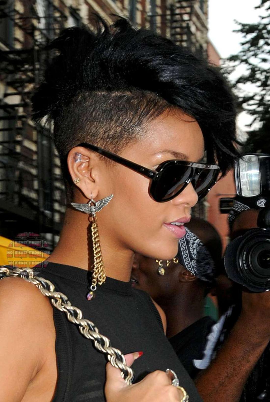 Undercut Frauen - schwarze Haare von Rihanna, große Sonnenbrille lange Ohrringe