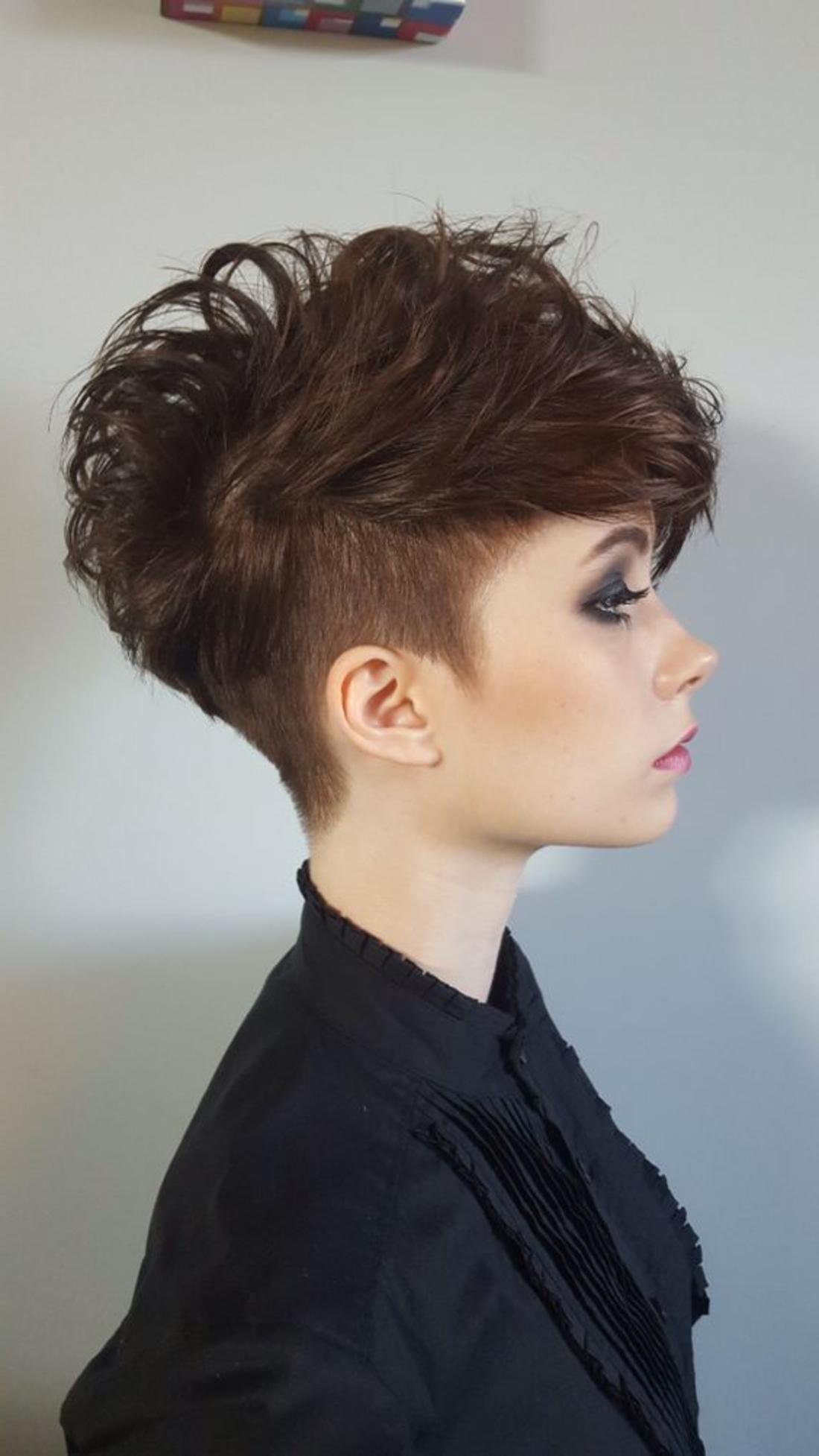 Undercut Frisuren Hinterkopf braune Haare wie Dreieck rasiert lila Lippenstift schwarze Bluse