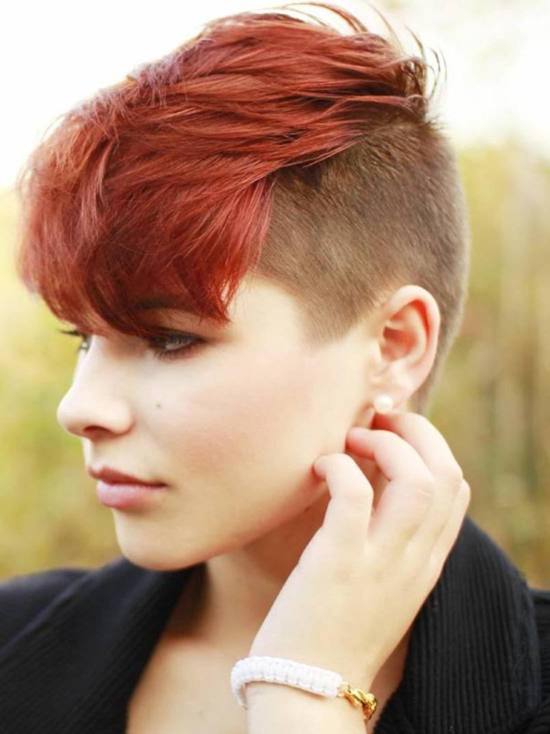 Undercut Frisuren Frauen kurze Haare in roter Farbe braune natürliche Haarfarbe Glasperlen Armband