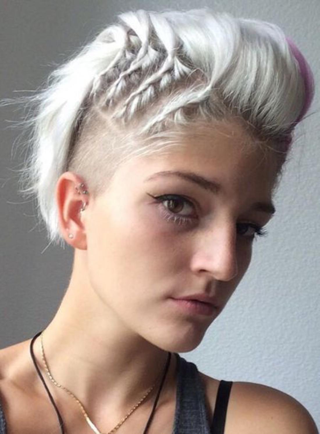 Undercut Frisuren Frauen kurzes Haar - vier geflochtene Akzente, weiße Haare, lila Strähnchen