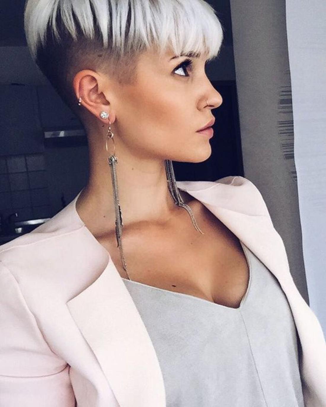 weiße gefärbte Haare im Kontrast mit dem natürlichen schwarzen Haar, lange Ohrringe Damen Undercut