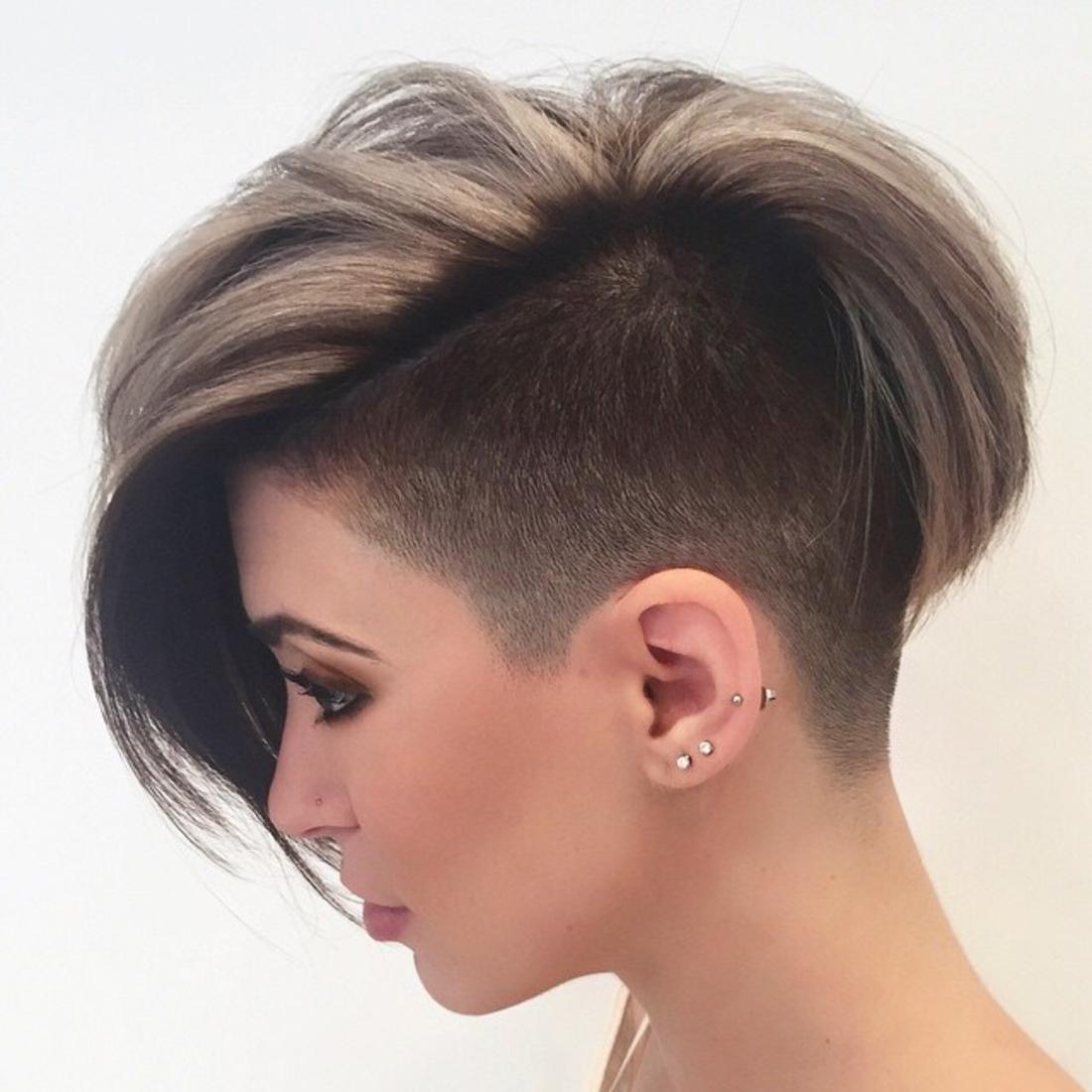 Undercut Frisuren braunes und blondes Haar, kleine Ohrringe, dunkle Schminke