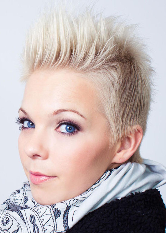 Damen Undercut eine blonde Igelfrisur ohne Ohrringe helle blaue Augen durch Schminke betont