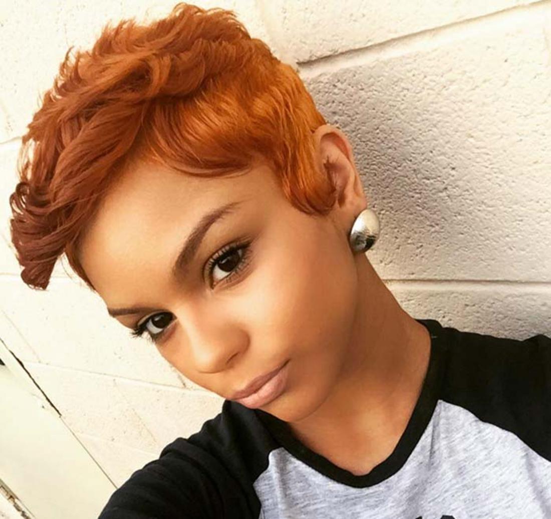 Damen Undercut rotes fast oranges Haar schönes Make up und schöne Ohrringe casual Stil