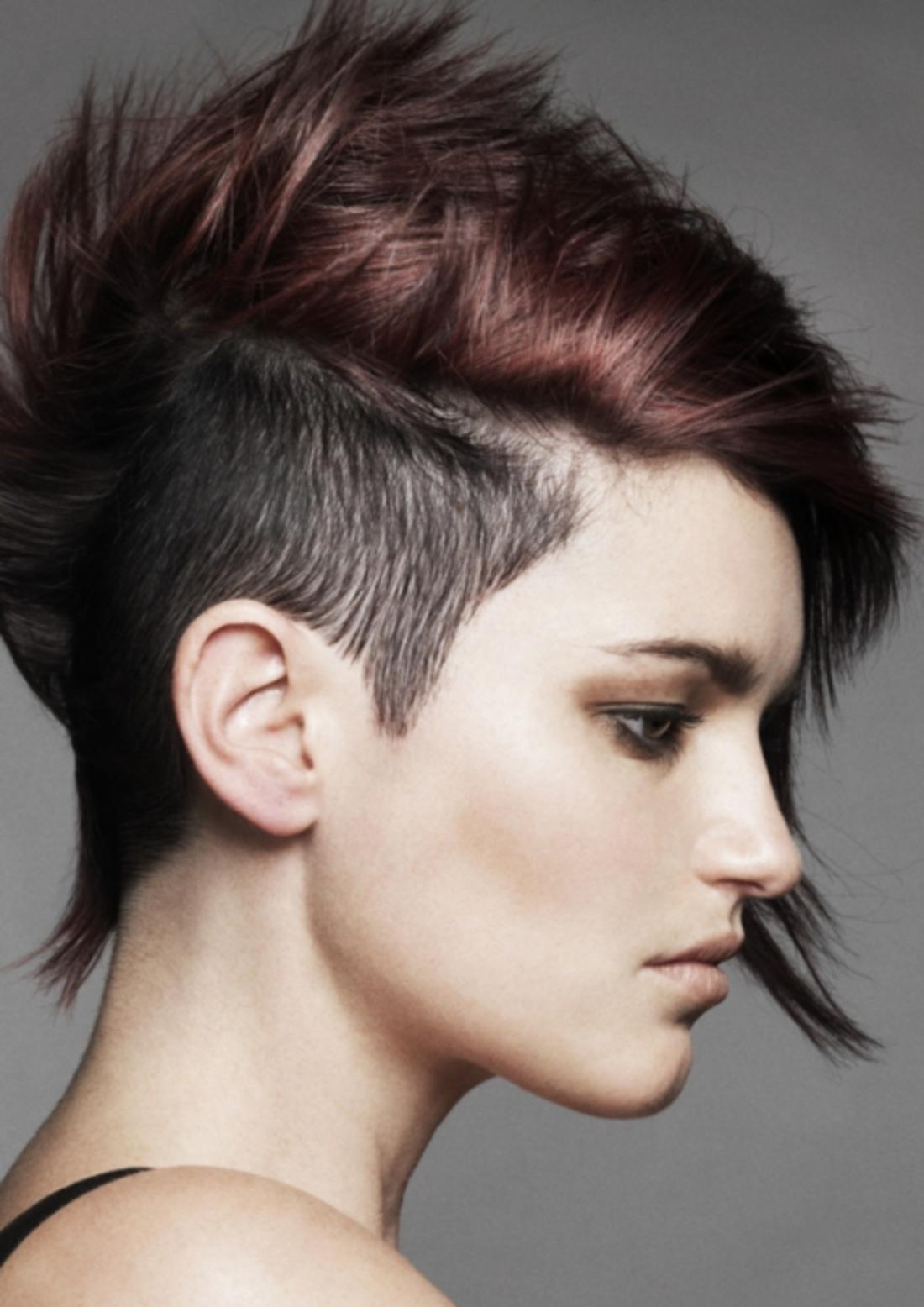 schwarzes Haar Damen Undercut mit rotem Akzent dunkle Schminke schwarze Bluse