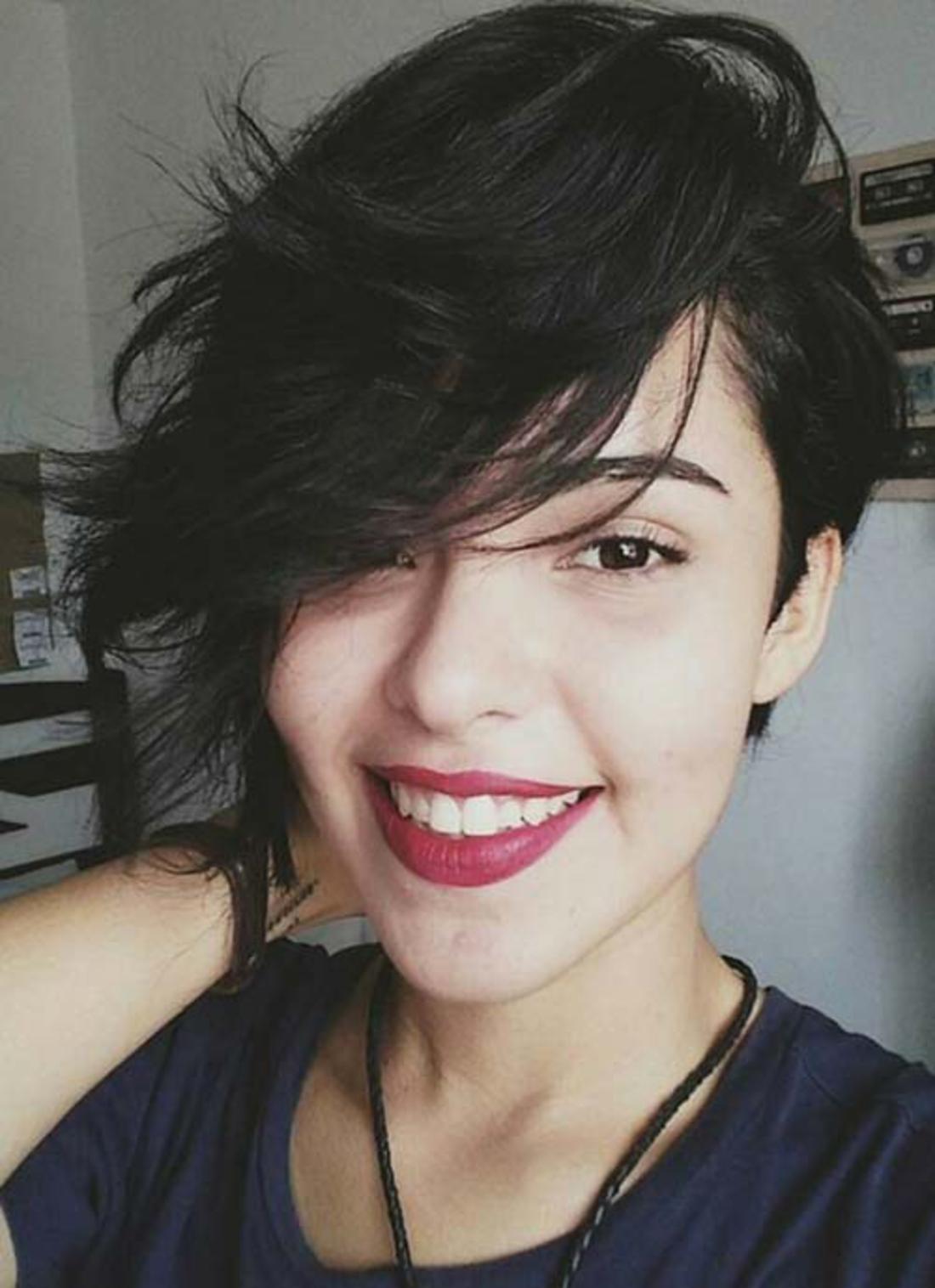 schwarze Haare, lange Haare, greller Lippenstift eine Selfie nach der Frisöse