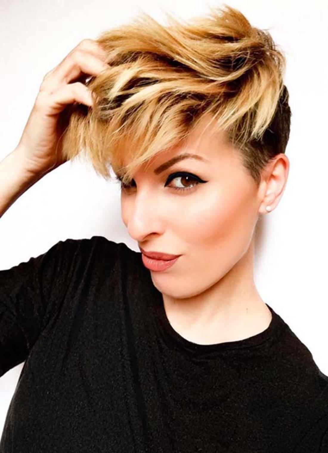 lässiges blonde und schwarze Frisur - Damen Undercut kleine Ohrringe, schwarze Bluse
