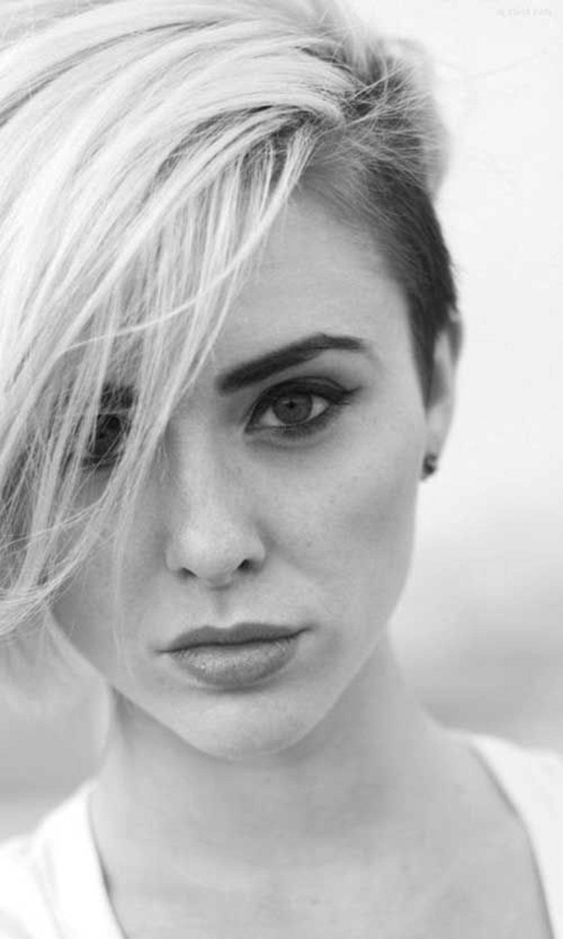 blonde und schwarze Haare Damen Undercut kleine Ohrringe, schwarz-weißes Foto