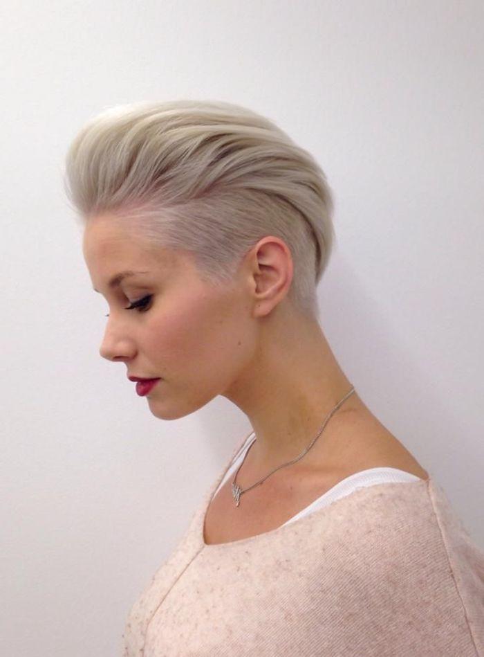 undercut frauen zurückgestylt hellblonde haare frisurentrends 2020 damen kurzhaarfrisuren inspiration und ideen beiger pullover minimalistisches make up