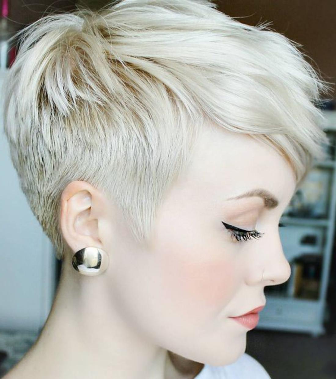 frau kurze blonde haare