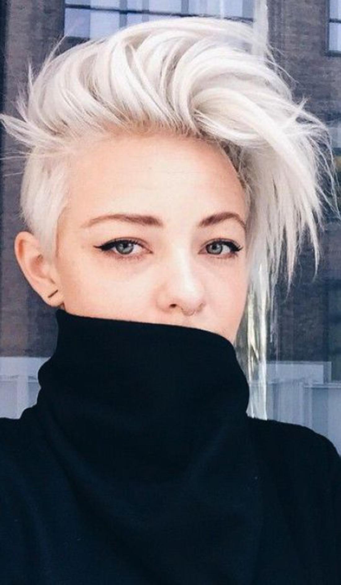 blonde Haare mit langem Pony das Gesicht ist hinter der Bluse versteckt - Kurzhaar Undercut