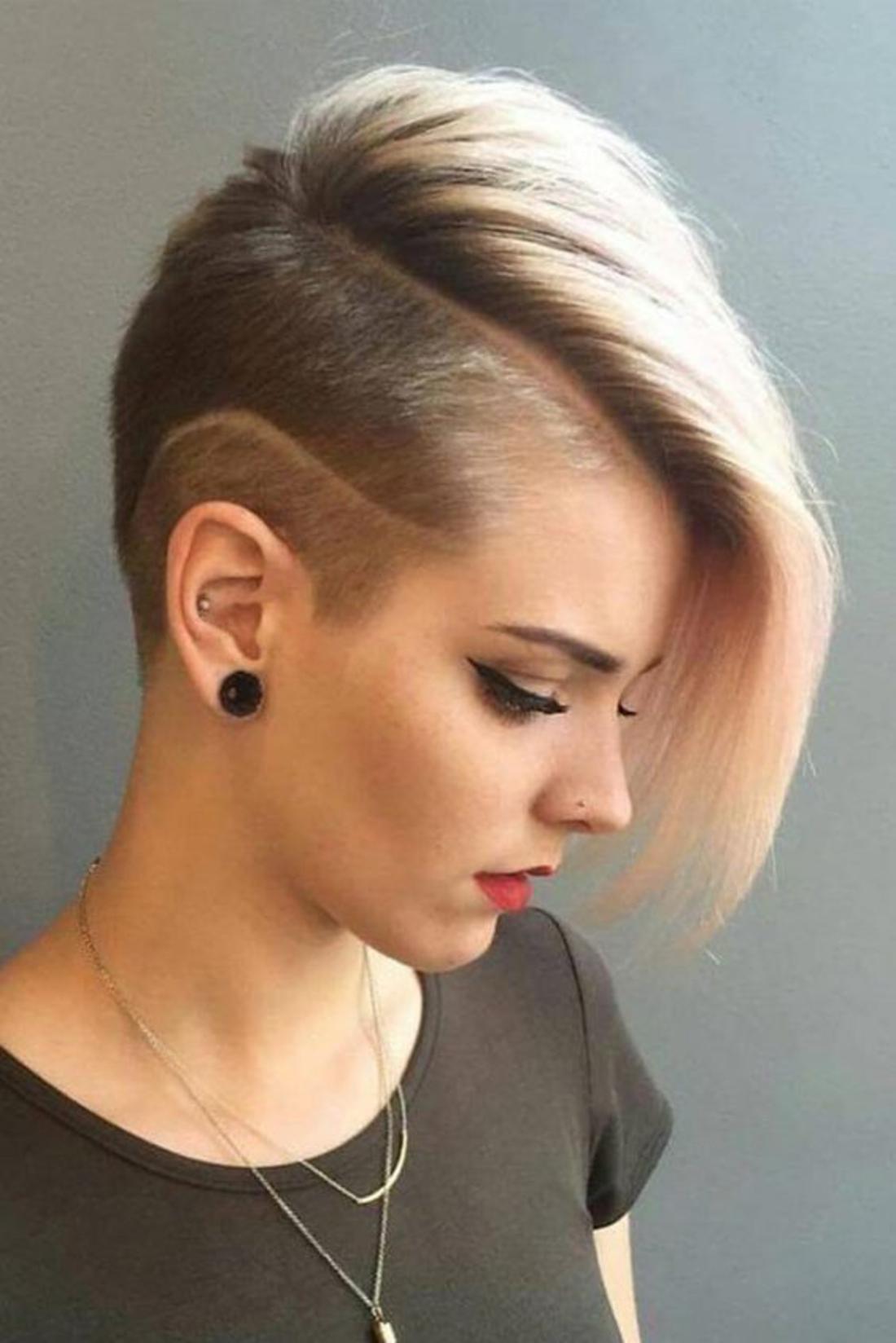 eine gebrochene rasierte Linie, schwarze und blonde Haare, roter Lippenstift Kurzhaar Undercut
