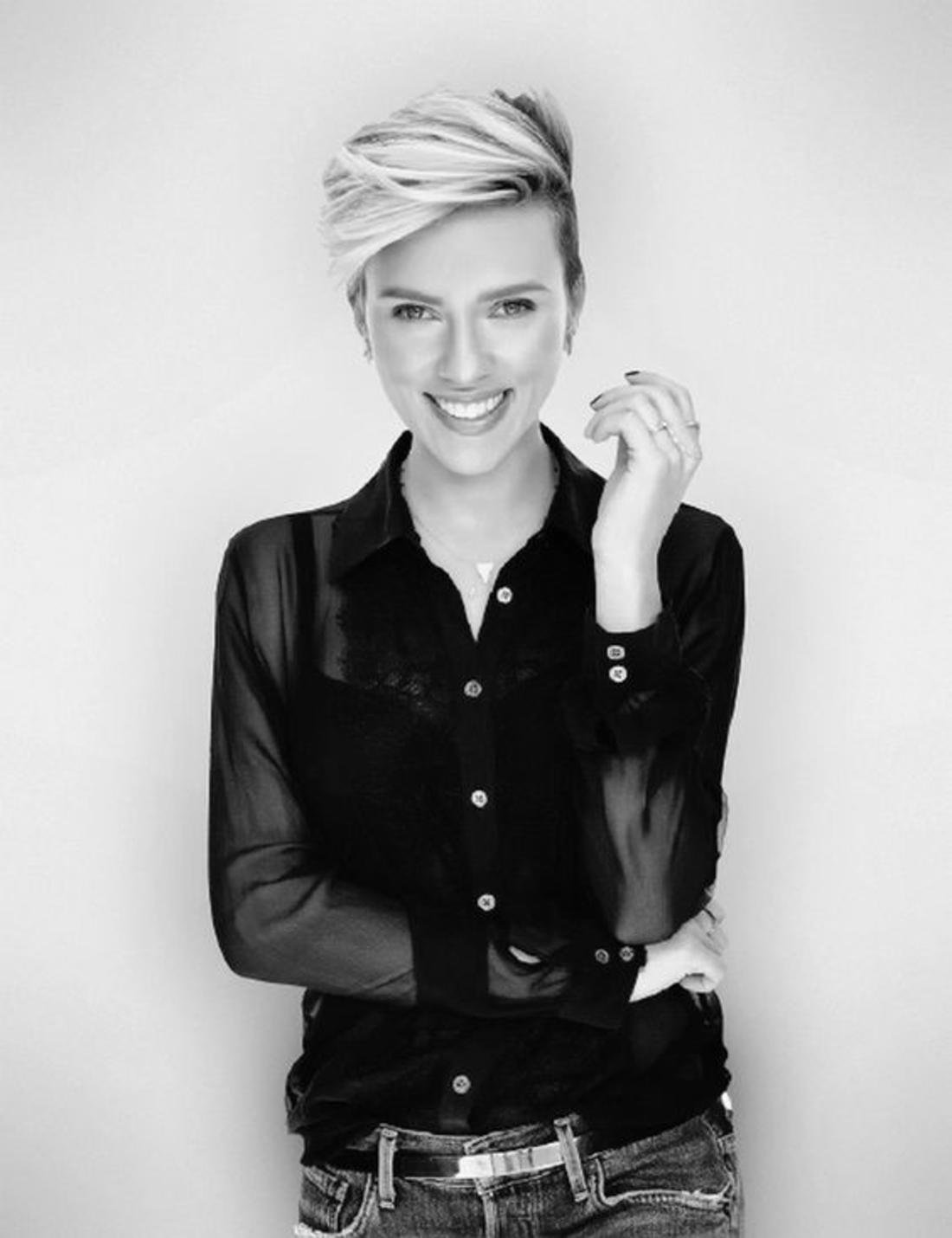 schwarz-weißes Foto von Scarlett Johansonn mit Kurzhaar Undercut Frisur