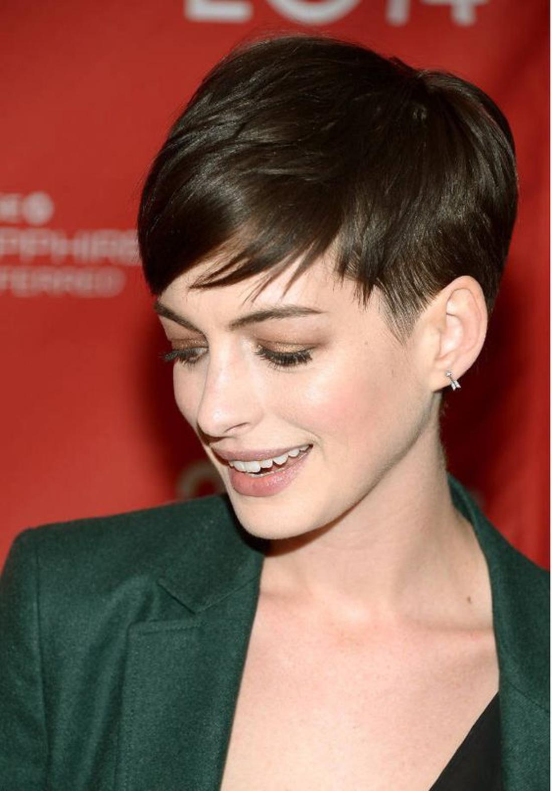 Kurzhaar Undercut von einer Prominenten mit grüner Jacke, kleine Ohrringe