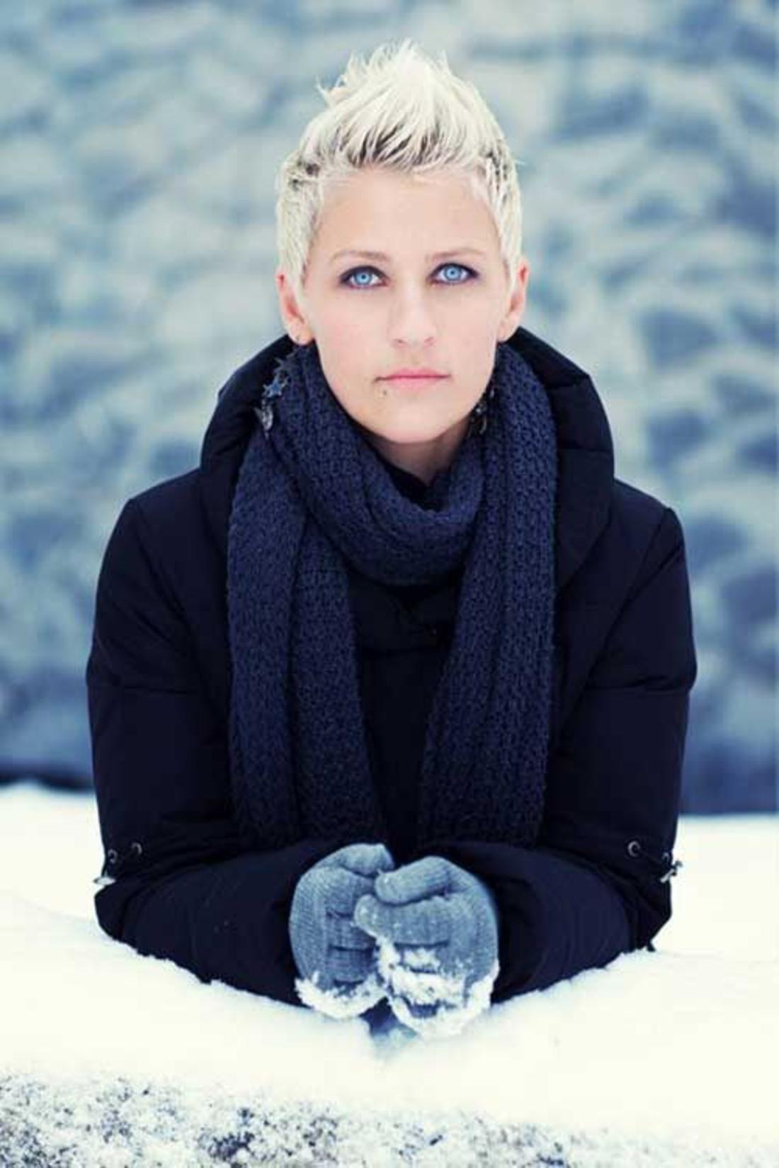 Blondes Haar im Winter mit viel Schnee, Kurzhaar Undercut blaue warme Kleidung