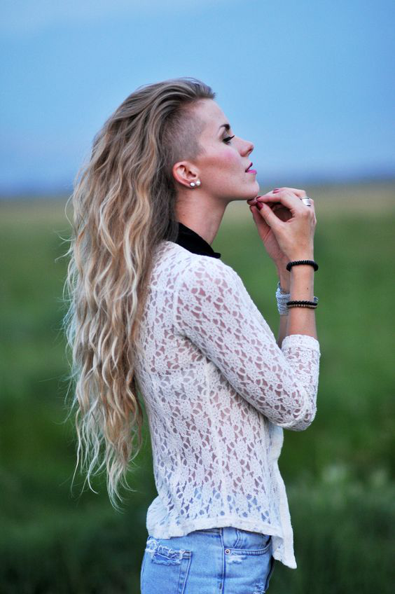 Undercut Frauen lange Haare Ombre Blond sprödes Haar weiße Bluse und Jeans