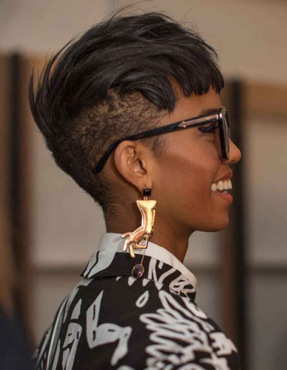 schwarze Haare goldene Ohrringe schwarz-weiße Bluse, Sonnenbrille Kurzhaar Undercut