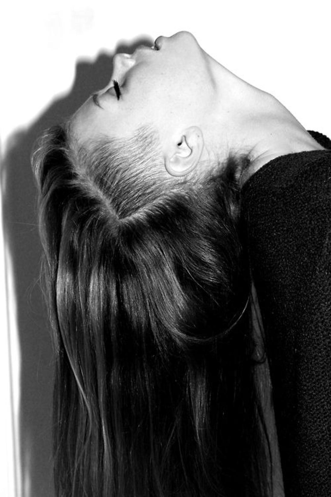 schwarz-weißes Foto Undercut Frisur lange Haare wie Dreieck geschnitten