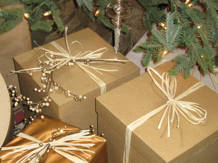 Geschenke in Kasten mit Zweigen aus Gold mit Glasperlen - Geschenke kreativ verpacken