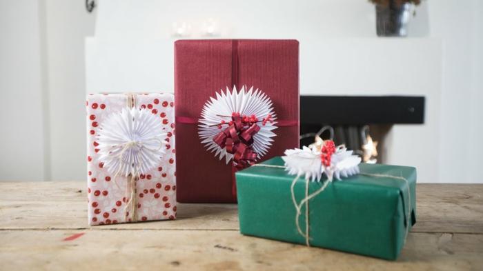 Geschenke für die Hochzeit mit weißen Bänder bunte Verpackungen - Geschenke kreativ verpacken